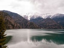 Ritsa jezioro wśród wysokich gór Obrazy Royalty Free