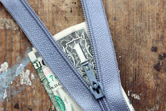 Ritssluiting met geld royalty-vrije stock fotografie