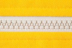 Ritssluiting op geel overhemd Stock Foto's