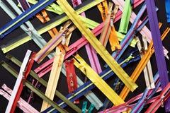 Ritssluitingen voor kleren op zwarte achtergrond Royalty-vrije Stock Foto