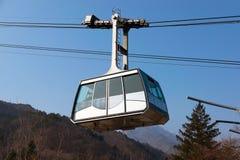 Ritt för kabelbil upp till bergen Arkivbild