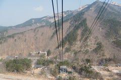Ritt för kabelbil upp till bergen Royaltyfri Bild