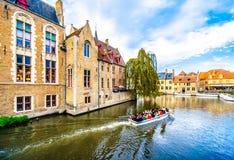 Ritt för kanalfartyg i den Dijver kanalen i hjärtan av den medeltida staden av Bruges, Belgien arkivfoton