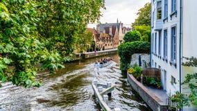 Ritt för kanalfartyg i den Groenerei kanalen i hjärtan av den medeltida staden av Bruges, Belgien royaltyfri bild