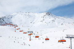 Ritt för många skiers i Alps på vintern Royaltyfri Fotografi