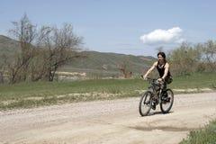 Ritt för sportbyggandetonåring med cykeln royaltyfri foto