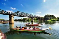 Ritt för turist- fartyg till den naturliga skönheten, floden Kwai (Khwae) i Kanchanaburi royaltyfria bilder