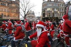 Ritt London 2017 för cykel för BMX-jultomtenvälgörenhet Arkivbild