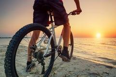Ritt på cykeln på stranden Royaltyfri Foto