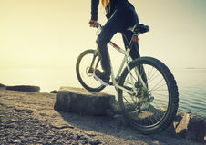 Ritt på cykeln på stranden Arkivbild