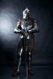 Ritter auf dunklem Hintergrund Stockbild
