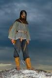 Ritter auf einem Felsen mit einer Klinge Stockfotografie