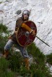 Ritter auf einem Felsen mit einer Klinge Lizenzfreies Stockfoto
