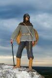 Ritter auf einem Felsen mit einer Klinge Lizenzfreie Stockfotos