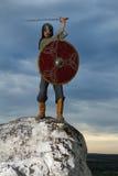 Ritter auf einem Felsen mit einer Klinge Stockfoto