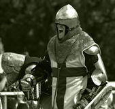 Ritter bereitet sich für Kampf vor Lizenzfreie Stockfotografie