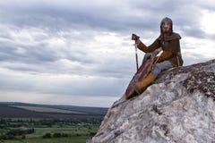 Ritter, der auf einem Felsen sitzt Lizenzfreie Stockfotos