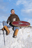 Ritter, der auf einem Felsen sitzt Stockfoto