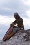 Ritter, der auf einem Felsen sitzt Lizenzfreies Stockbild