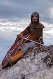 Ritter, der auf einem Felsen sitzt Lizenzfreies Stockfoto
