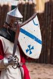 Ritter in der Rüstung mit Schild und Klinge Stockfotos