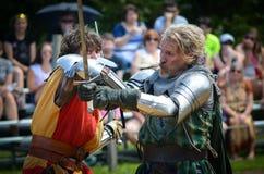 Ritter, die am Renaissance-Festival duellieren Lizenzfreie Stockbilder