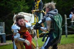Ritter, die am Renaissance-Festival duellieren Stockfoto