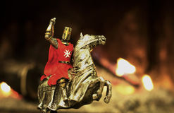 Ritter in einem Schlachtfeld auf einem Pferd Stockfotografie