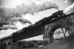 Ritter för ångalokomotiv över bron Fotografering för Bildbyråer