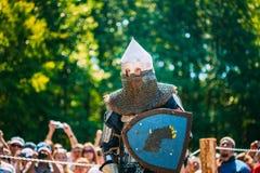 Ritter-In Fight With-Klinge Wiederherstellung des ritterlichen Kampfes Stockbilder