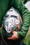 Ritter-Helmet Of Medieval-Klage der Rüstung auf Tabelle Stockfoto