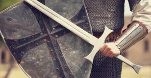 Ritter mit Klinge lizenzfreie stockfotos