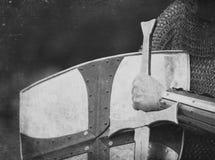 Ritter mit Klinge und Schild Stockbild