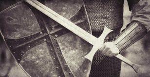 Ritter mit Klinge und Schild stockfoto