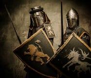 Ritter mit Klingen und Schildern Stockfotos