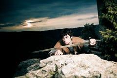 Ritter Posing In Front Of eine Festungs-Ruine Stockfotos