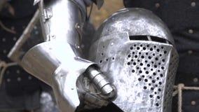 Ritter tragen einen Sturzhelm in seiner Hand stock footage