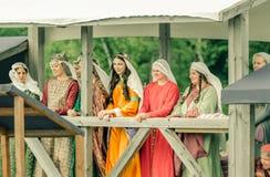 RITTER WEG, MOROZOVO, ΤΟΝ ΑΠΡΊΛΙΟ ΤΟΥ 2017: Κυρίες στη μεσαιωνική στάση ενδυμάτων στο κρεβάτι που προσέχουν τα πρωταθλήματα των ι στοκ εικόνες