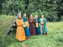 RITTER WEG, MOROZOVO, ΤΟΝ ΑΠΡΊΛΙΟ ΤΟΥ 2017: Μεσαιωνικά όργανα μουσικής παιχνιδιού μουσικών υπαίθρια Στοκ Φωτογραφία