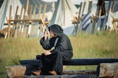 RITTER WEG, MOROZOVO, ΤΟΝ ΑΠΡΊΛΙΟ ΤΟΥ 2017: Φεστιβάλ των ευρωπαϊκών Μεσαιώνων Μοναχοί στο μακρύ μαύρο επενδύτη ακρωτηρίων με την  Στοκ Φωτογραφία