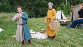 RITTER WEG, MOROZOVO, τον Ιούνιο του 2016 φεστιβάλ των ευρωπαϊκών Μεσαιώνων Μουσικοί καλλιτεχνών που παίζουν το ντέφι και το φλάο απόθεμα βίντεο