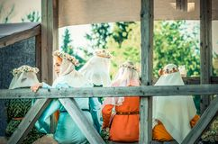 RITTER WEG, MOROZOVO, АПРЕЛЬ 2017: Красивые девушки в длинных платьях с вуалью на головных венках weave на голове  Стоковые Изображения