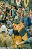 RITTER WEG, MOROZOVO, ABRIL DE 2017: Festival de las Edades Medias europeas La justa medieval knights en cascos y batalla del cor Imágenes de archivo libres de regalías