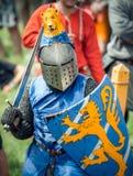 RITTER WEG, MOROZOVO, ABRIL DE 2017: Festival de las Edades Medias europeas Retrato del caballero medieval en casco y cadena Fotos de archivo libres de regalías