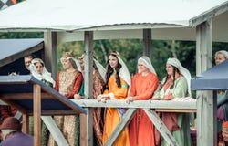 RITTER WEG, MOROZOVO, APRIL 2017: De mooie dames in middeleeuwse kleren bevinden zich in bed lettend op de toernooien van Ridders royalty-vrije stock fotografie