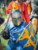 RITTER WEG, MOROZOVO, APRILE 2017: Festival dei medio evo europei Ritratto del cavaliere medievale in casco ed in catena Fotografie Stock Libere da Diritti