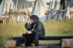 RITTER WEG, MOROZOVO, EM ABRIL DE 2017: Festival da Idade Média europeia Monges no casaco preto longo do cabo com capa sobre Fotografia de Stock