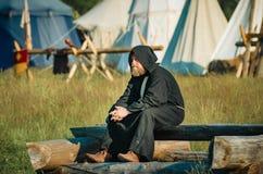 RITTER WEG, MOROZOVO, EM ABRIL DE 2017: Festival da Idade Média europeia Monges no casaco preto longo do cabo com capa sobre Imagem de Stock Royalty Free