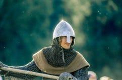 RITTER WEG, MOROZOVO, EM ABRIL DE 2017: O cavaleiro vai no ataque com uma lança em suas mãos Ataque do cavaleiro poderoso em pesa Foto de Stock Royalty Free