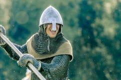 RITTER WEG, MOROZOVO, EM ABRIL DE 2017: O cavaleiro vai no ataque com uma lança em suas mãos Ataque do cavaleiro poderoso em pesa Imagem de Stock Royalty Free